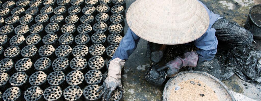 ONU/Kibae Park Una mujer vietnamita fabrica briquetas de biomasa respetuosas con el medio ambiente, un biocombustible usado para cocinar que sustituye al carbón y el combustible.