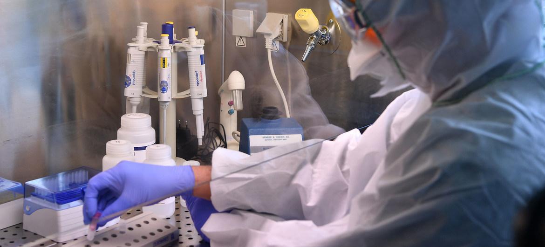 IAEA/Dean Calma Un científico trabaja en un laboratorio de investigación.
