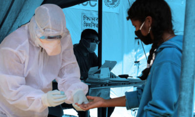 © UNICEF Nepal Una trabajadora de salud hace la prueba del COVID-19 a una niña en Nepal.