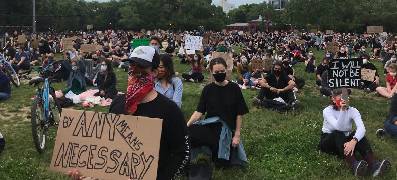 © Sarah Scaffidi Manifestantes pacíficos en el parque McCarren en Brooklyn, Nueva York, guardan 20 minutos de silencio por las personas que han muerto a causa del racismo.