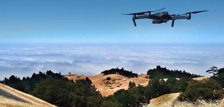 Unsplash/Ian Usher Un dron vuela sobre el Monte Tamalpais en Estados Unidos.