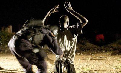 Durante una patrulla un miembro de la recién creada Unidad de Emergencias de la Policía Nacional de Liberia registra a un sospechoso por tenencia de drogas y armas. Foto ONU/Christopher Herwig