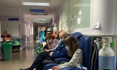 Luis Díaz Izquierdo Pacientes esperan en un pasillo del hospital Severo Ochoa en Madrid, que está en la primera línea de la lucha contra el covid-19.