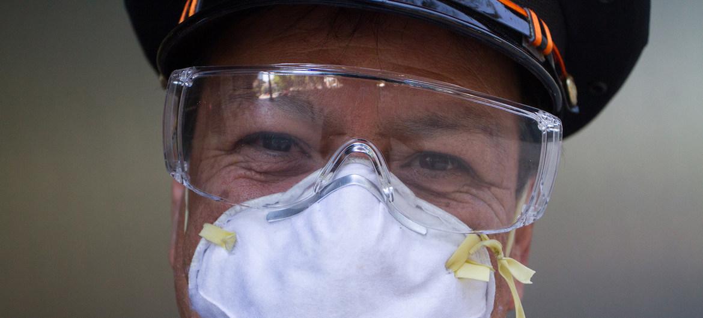 UN Mexico/Alexis Aubin Un empleado del Gobierno mexicano utiliza mascarilla para prevenir la infección de coronavirus.