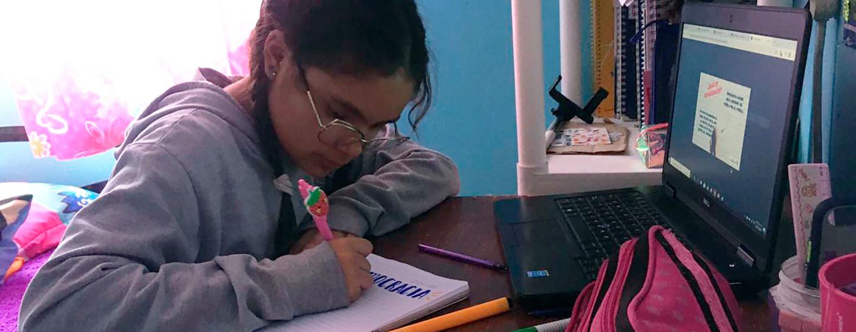 Marco Aurelio Heras Lupita Heras, de 13 años, originaria de Pachuca, Hidalgo en México, cursa el primer año de secundaria y participa en su clase en línea.