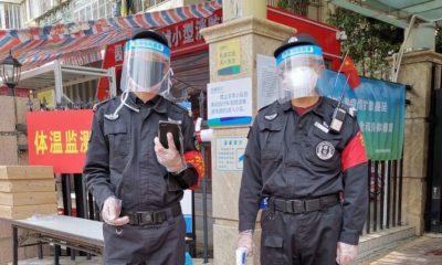 Man Yi Funcionarios locales en Shenzhen, China, están ayudando a controlar los casos de coronavirus