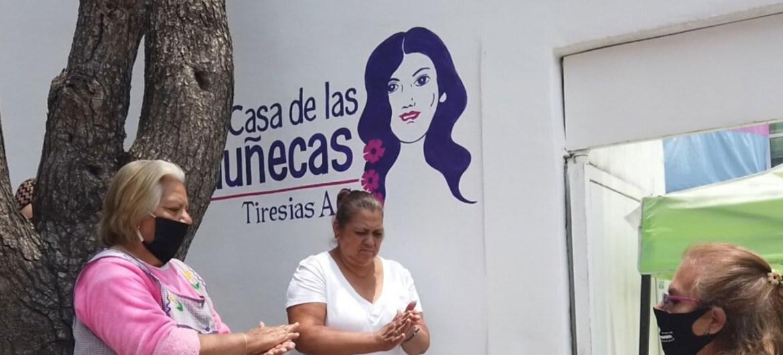 ONU México/Luis Arroyo Mujeres trans entregan comida gratuita de lunes a viernes para mostrar su solidaridad con las personas de escasos recursos.