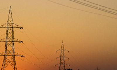 Banco Mundial/ Curt Carnemark El sol se pone tras las líneas del tendido eléctrico.