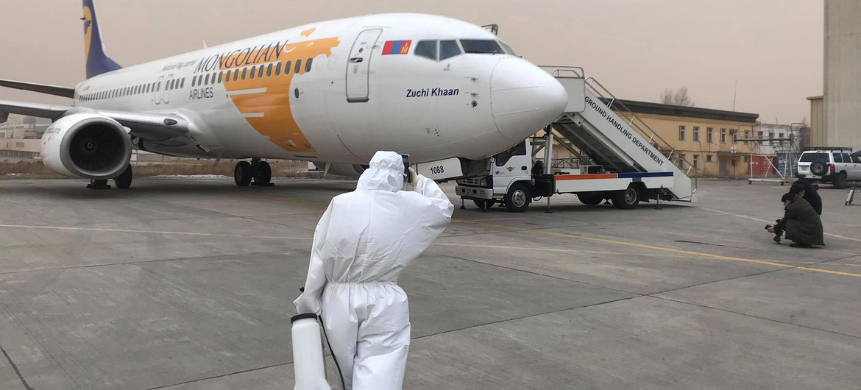 Centro Nacional de Enfermedades Infecciosas de Mongolia. Un avión charter preparándose para salir a un nuevo destino.