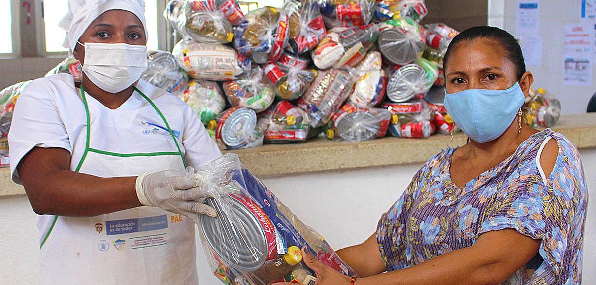 PMA / Miller Choles En Colombia se entregan raciones para llevar para los niños que se han quedado sin comedor escolar por el coronavirus