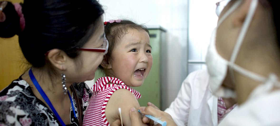 UNICEF/Adam Dean Una niña llora al ser vacunada contra la hepatitis A, en Chengdu, capital de la provincia china de Sichuan.