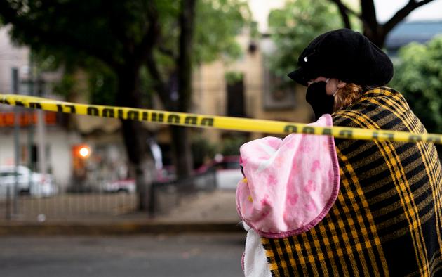 Una madre con su bebe en brazos en Ciudad de México durante la pandemia. Foto: María Ruiz/Pie de Página