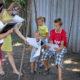 Una trabajadora social y una psicóloga reparten cuadernos para colorear a estos niños en el este de Ucrania durante una visita para conocer a la familia.