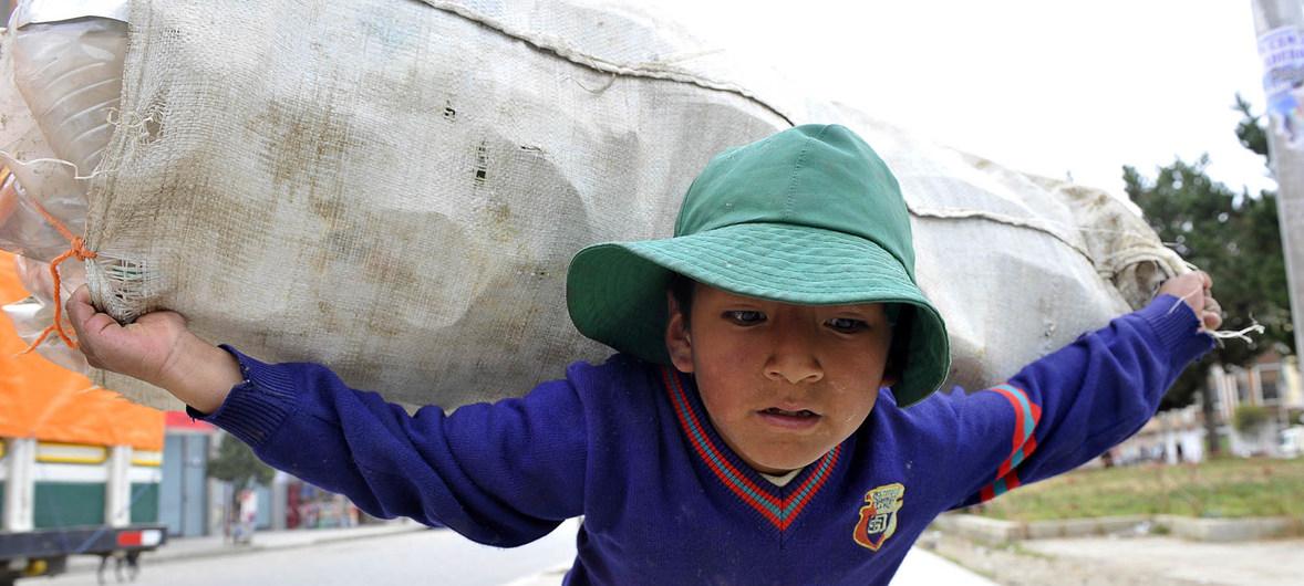 ILO/Marcel Crozet Un niño carga botellas de plástico en La Paz, Bolivia