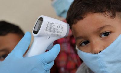 Un médico toma la temperatura a niño en Venezuela.