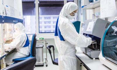 Personal técnico de laboratorio en un centro sanitario de Bangkok, en Tailandia.