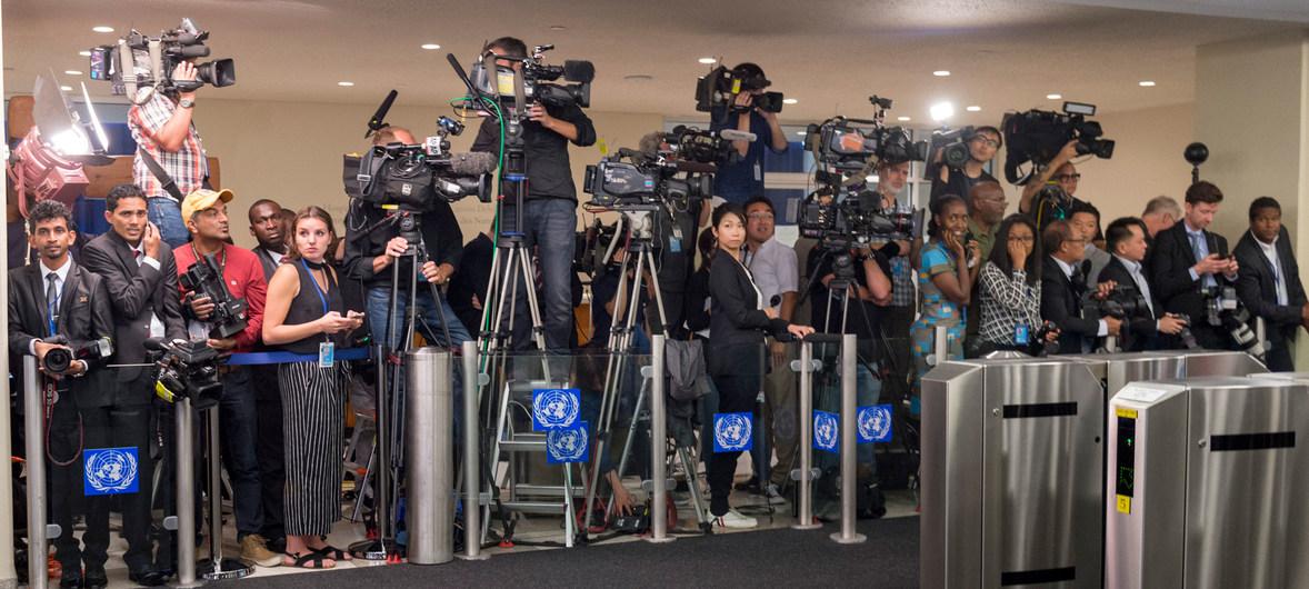 Periodistas en el punto de directo a la llegada de las delegaciones para el debate de la Asamblea General en septiembre de 2017.