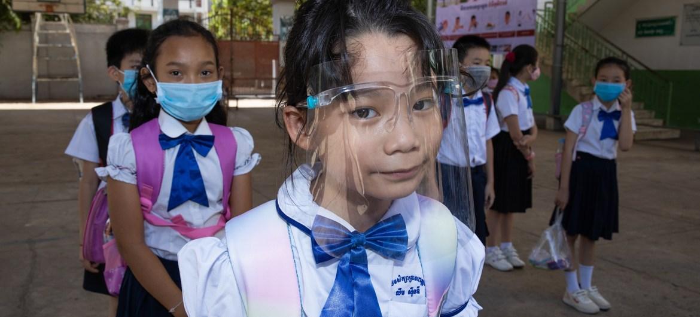 Estudiantes en su segundo día de esculea primaria en Phnom Penh, Camboya.