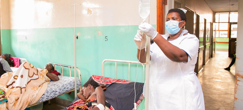 Una enfermera atiende a pacientes con coronavirus en Malawi.