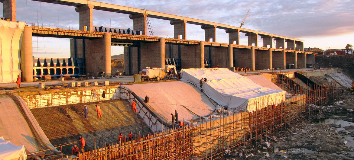 Muchos de los grandes proyectos de infraestructura, como esta presa en el río Nura, en Kazajstán, requieren de la inversión extranjera directa.