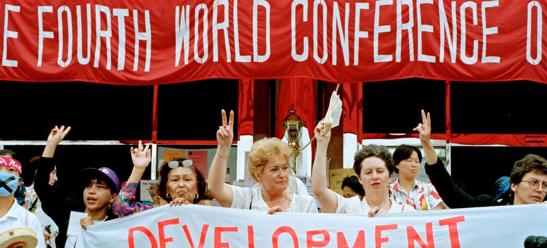 Participantes de grupos de la sociedad civil se reúnen al margen de la Cuarta Conferencia Mundial de las Naciones Unidas sobre la Mujer, celebrada en Beijing (China) en septiembre de 1995.