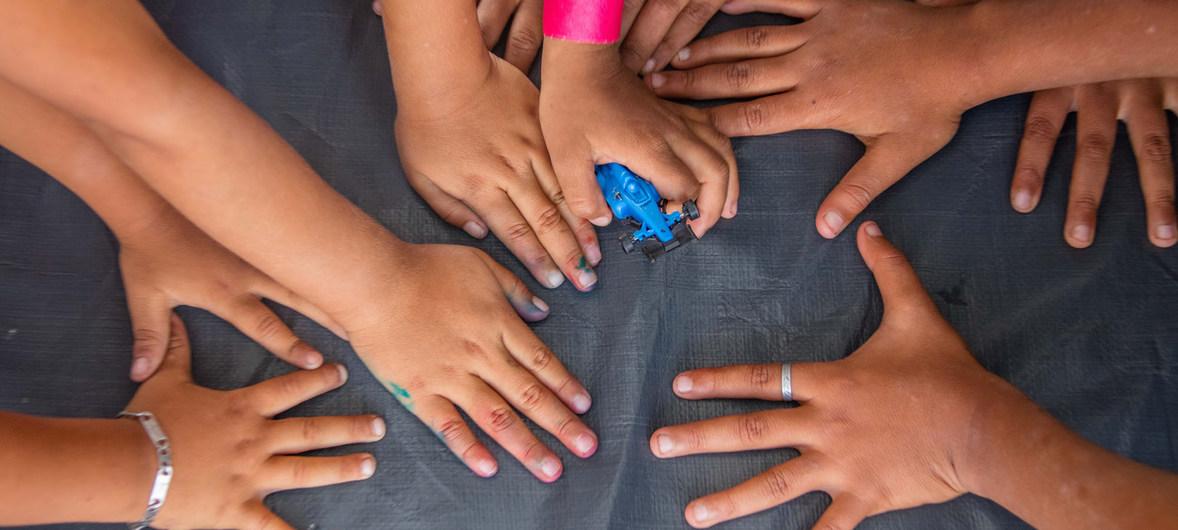 """Niños migrantes juegan en un espacio de UNICEF en el estadio Jesús Martínez 'Palillo"""" en la Ciudad de México. Noviembre de 2018."""