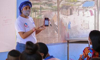 Fundación El Origen Una maestra explica cómo usar la aplicación para acceder al material educativo en los dispositivos móviles. La Guajira, Colombia