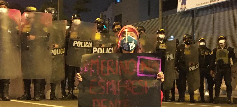 Patricio Lagos Bustamante / LaMula.pe Una manifestante ante la policía en las calles de Lima, la capital de Perú, durante las protestas del pasado mes de noviembre.