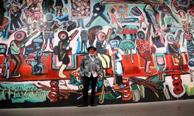 """El artista Yassine Balbzioui posa ante su obra """"Fantasía"""" durante la presentación de la 'Trilogía marroquí 1950-2020', la primera exposición temporal de 2021 del Museo Reina Sofía que descubre la producción artística de Marruecos desde 1956 hasta el presente. La muestra ha sido organizada en el marco del programa de cooperación cultural entre España y Marruecos y en colaboración con Mathaf: Arab Museum of Modern Art de Qatar. EFE/Juan Carlos Hidalgo"""