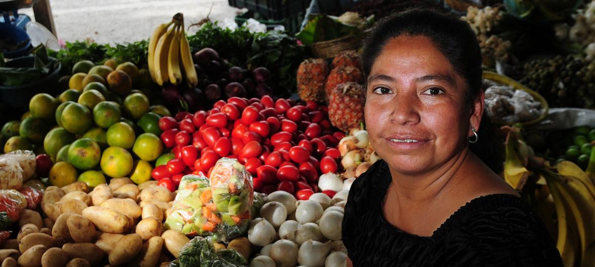 World Bank/Maria Fleischmann Una mujer vende frutas en Guatemala antes de la pandemia.