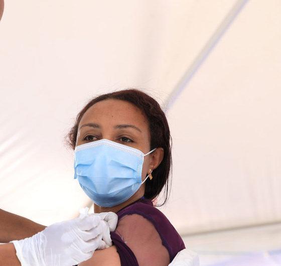 Una doctora recibiendo la vacuna contra la COVID-19 en el hospital Eka Kotebe de Etiopía