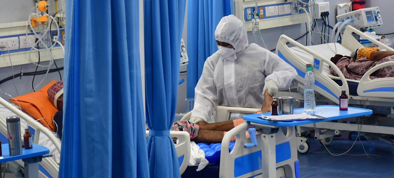 © UNICEF/Bhushan Koyande Pacientes de COVID-19 en una unidad de cuidados intensivos en Mumbai, India.