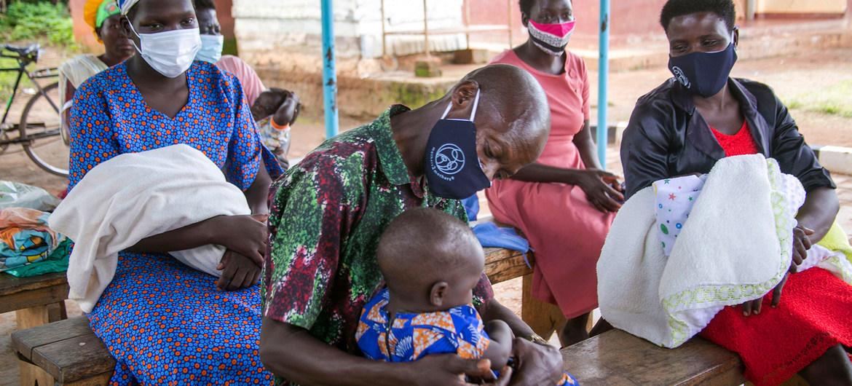 © UNICEF/Jimmy Adriko Padres seropositivos en una sesión de apoyo de una clínica en el distrito de Kamuli, en Uganda.