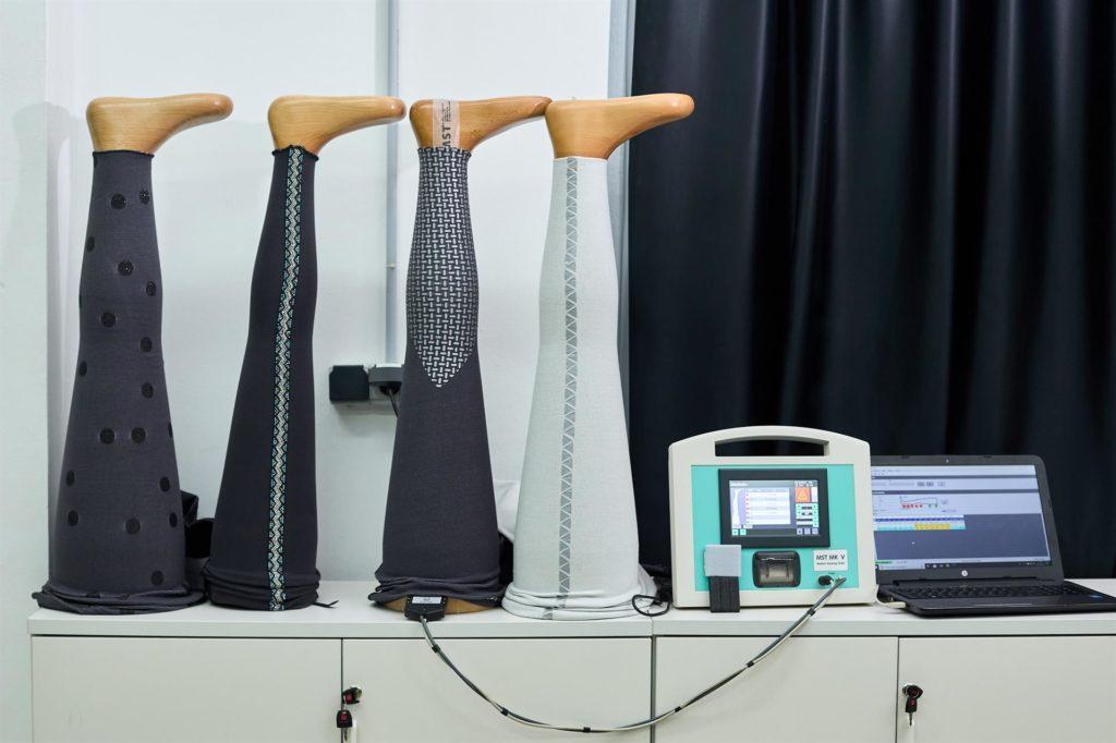 En la imagen diversos moldes de pierna de madera de diferentes grosores en los que se realizan comprobaciones de presión. FOTO: EFE/ Natxo Francés