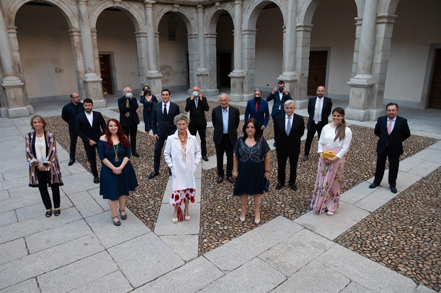 Los miembros de la Academia del Perfume posan para una foto antes de la Cumbre de Académicos del Perfume celebrada hoy en el Paraninfo de la Universidad de Alcalá de Henares. EFE/Fernando Villar