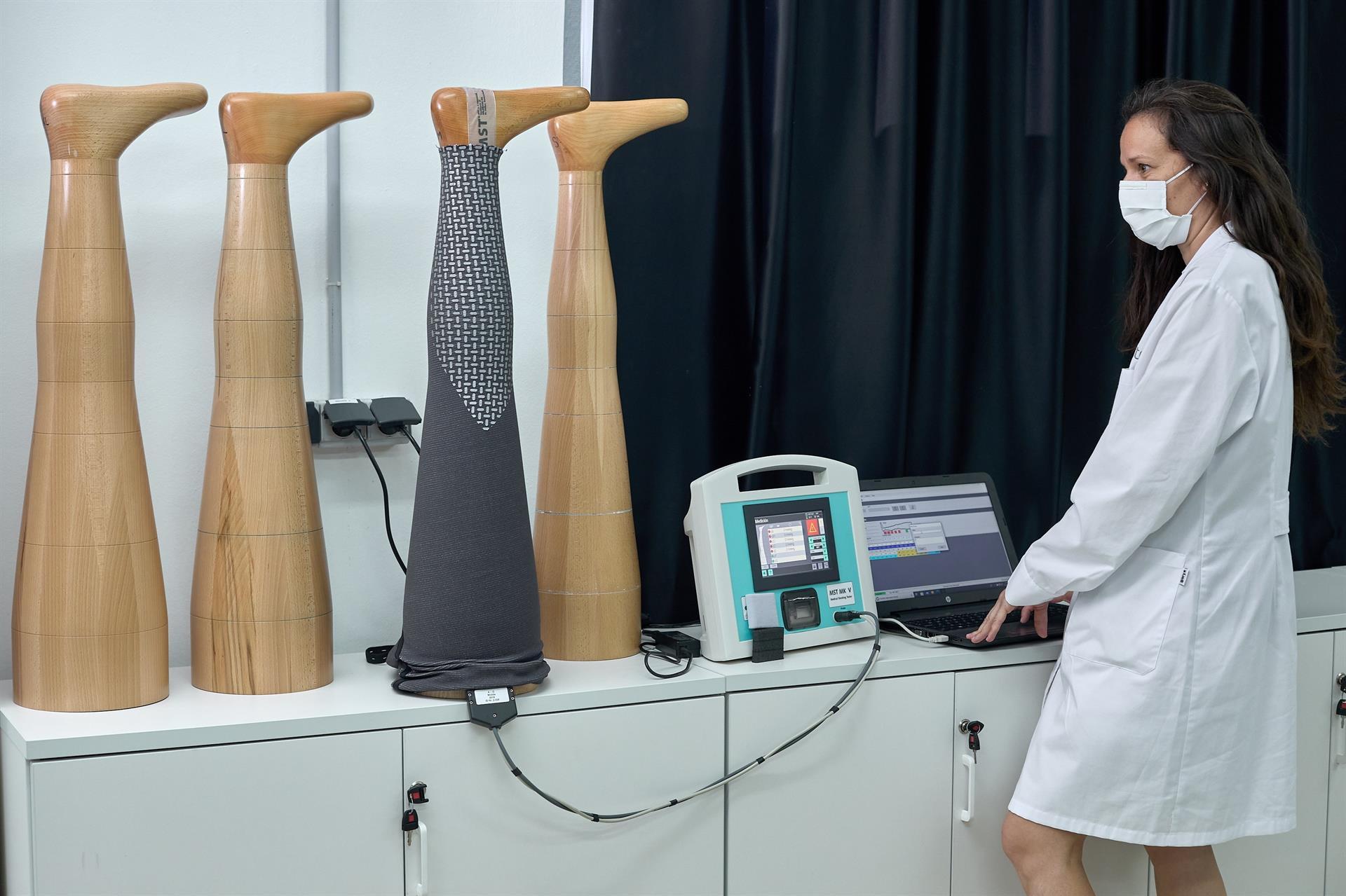En la imagen una técnico hace comprobaciones de presión en un molde de madera de una pierna. FOTO: EFE/ Natxo Francés
