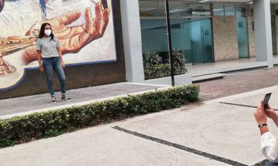 ONU Mexico_Teresita Moreno Estudiante de enfermería posa para una foto delante de un mural