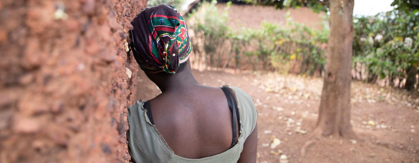 © OIM 2021/Lauriane Wolfe Elisabeth, que ahora tiene 16 años, se encuentra de nuevo con su familia en Burundi.